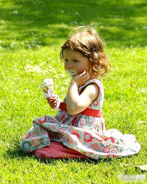 英国伦敦,3岁的小女孩Miri Tricklebank正在吃冰激凌。