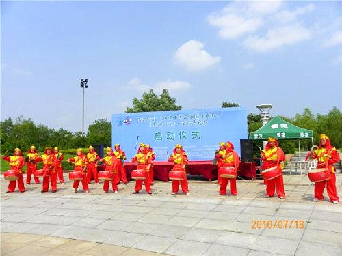 来自沈阳军区某歌舞团的威风锣鼓在仪式上演出。