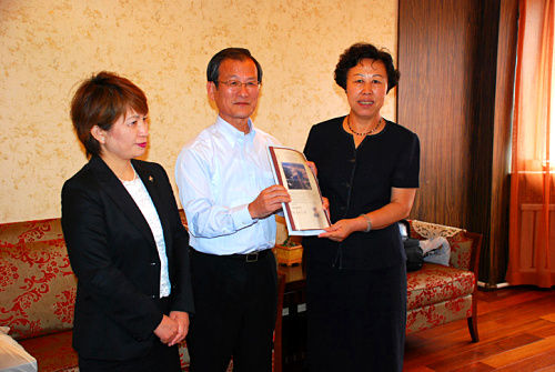 会见中,智多正信先生及夫人向柳秀芝局长转送了长崎市市长的亲笔书信。