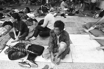 8月4日,安全转移到临时安置点的盖州市李沫洛村村民们已经吃过晚饭,很多村民已经进入了梦乡。 记者 吴怀宇 摄