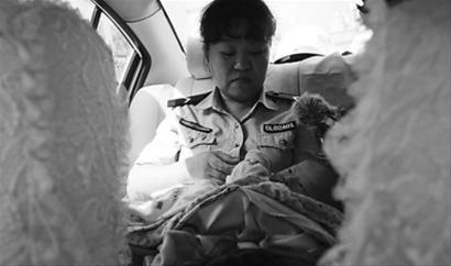 警察在车里细心照顾弃婴。 记者 马万冬 摄
