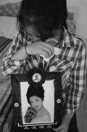 去海边度假的母亲被海蜇蜇伤后,去世了,刚大学毕业并刚失去父亲的女儿难以接受这个事实。 记者 王迪 摄