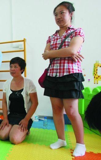 在妈妈的坚持下,兰兰(右)已经学会骑车。记者 曲振玮 摄
