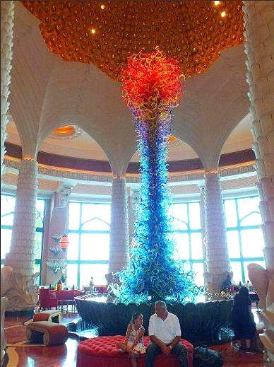 亚特兰蒂斯酒店的大堂矗立起一座玻璃塔