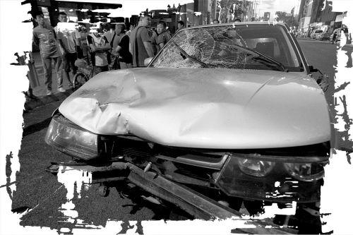 据说车主酒后上路,车子失控接连撞上2辆电动车和2名路人,导致1死3伤
