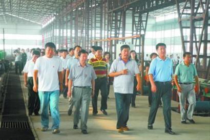 阜新县负责人率队参观铸件产业基地晟宇铸造有限公司铸钢件项目。 明绍庚 摄