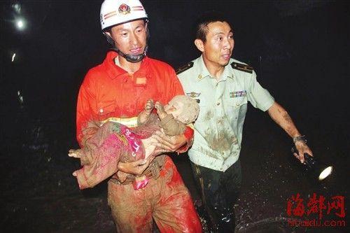 救援人员救出一名幼童。