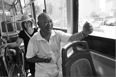 在大连712路公交车上,几乎每天都能看到,一名50多岁的半身瘫痪男子带着轮椅乘车观景