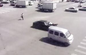 套牌捷达车前盖上顶着交警,疯狂逃逸 截屏图片