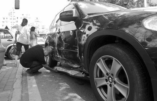 宝马车或违规行驶负全责。
