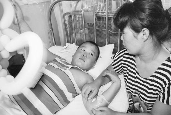 妈妈在医院陪伴患病的儿子。
