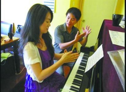 12345分别对应5个手指头,按数字敲琴是钢琴速成的秘诀。记者 韩宇 摄