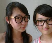 大框眼镜透出浓浓学生味。