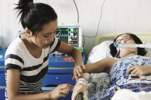 妹妹春燕每日都陪伴在姐姐身边,细心照顾姐姐。记者 张诗尧 摄