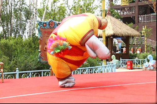 大家吃饭的时候还可以看到外国小丑的表演,很有趣的表演,哈哈!
