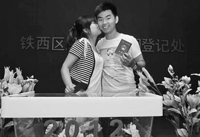 昨日下午4时,在沈阳市铁西区婚姻登记处,辛红淘(右)和爱人刘红排了一天的队终于领到了结婚证。 记者 姜旭 摄