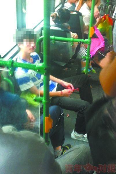 小伙被打得鼻血横流。图片由网友提供