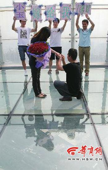 陈树斌在电视塔上向小玉求婚实习生袁琛摄