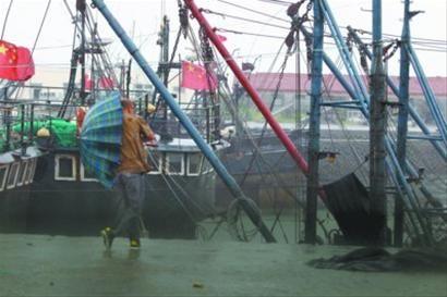 昨晚6时许,丹东东港市狂风大作,吹得人站不住。 记者 吴怀宇 摄