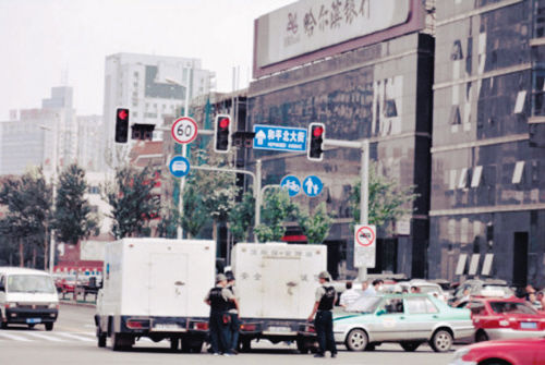 """网友@满族文化网微博爆料:""""刚发生在沈阳市府大路上的一幕:两押款车相撞。"""""""