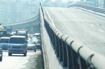 目前,大堤路立交桥已具备通车条件,待画好附近路标后,将于下周竣工通车。 记者 姜旭 摄