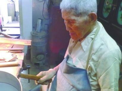 95岁的向多青老人现场打造铁制品 杨其言 摄