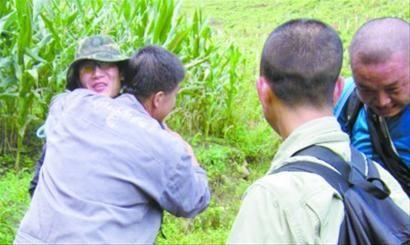 老冯(背对镜头)与救援队员拥抱。