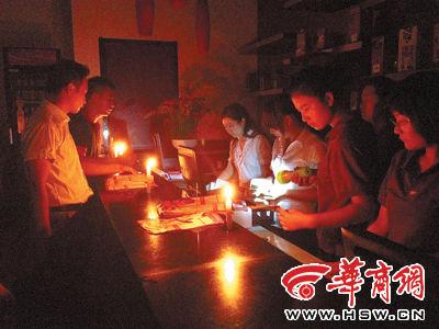值班经理和员工正在清算客人逃单的损失 实习记者杨皓摄