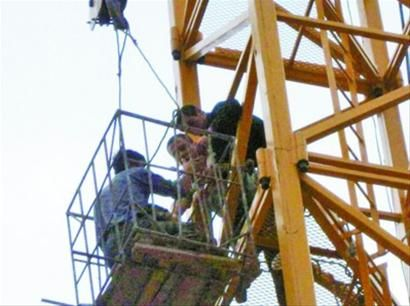 前日,葫芦岛塔山边防派出所民警解救一名欲从塔吊上跳下的轻生女,避免一场悲剧发生。 记者 冯玉兴 摄