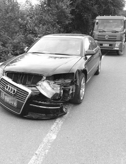 奥迪A8受损严重。