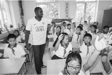 Eric很善于活跃课堂气氛。记者 张腾飞 摄