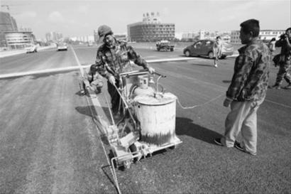 黄河北大街高架桥已经具备通车条件。 本组图片由本报首席记者 刘配成摄