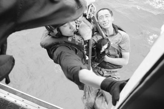 18时,直升机在威海机场落地,120救护车将渔民送往医院救治。
