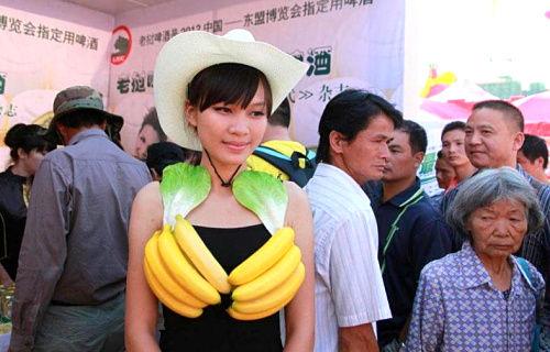 模特用蔬菜和水果做胸罩