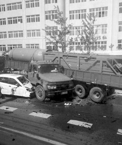 车祸现场,大货车车身、车头分离。