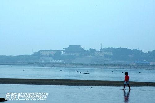 远处的孟姜庙