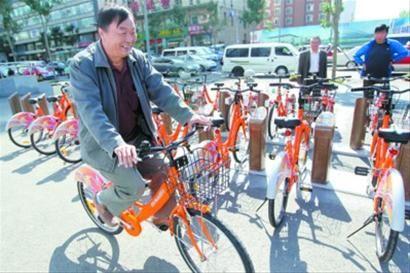 昨日上午10时许,第一位办卡的市民崔正阳使用自己的借车卡借出一辆公共自行车,并试骑了一圈儿。 记者 白琳 摄