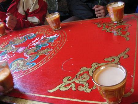 甜茶馆里的甜茶按杯卖