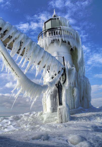 """美国密歇根州,被""""冷冻""""的灯塔"""