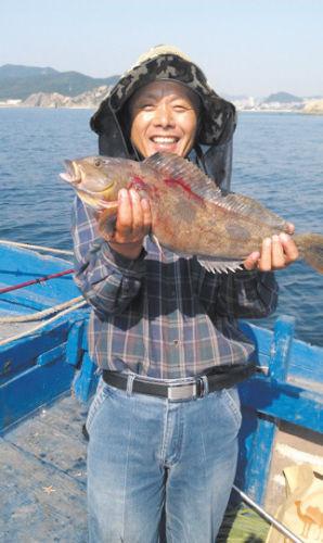 ▲钓到这么大的黄鱼,李先生特别高兴。