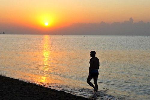葫芦岛日出和晨泳的汉子