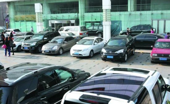 商场、写字楼、企业外面的停车位最难找。记者 朴峰 摄
