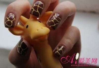 这款动物美甲是以长颈鹿纹来表现,又有点爆裂指甲的感觉,可爱中带点