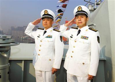 舰长 张峥(左),1969年出生于浙江长兴,海军大校军衔,研究生学历。 政委 梅文(右),1965年出生于湖北黄梅,海军大校军衔,大学本科学历。