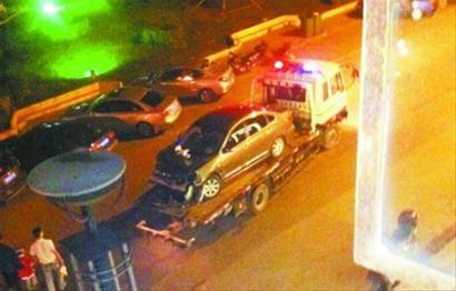 前晚8时多,抚顺南站地区发生车祸,一辆尼桑轿车撞8人6台车。图为警方正在处理车祸现场。 网友供图