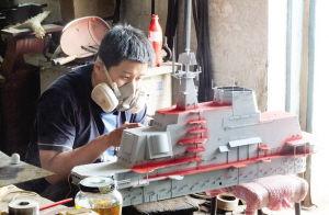 辽宁小伙佟旭亲手制作比例1:72的航母模型 ■本报记者 刘莉莉 摄