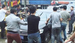 办案民警在山海关收费站堵截犯罪嫌疑人