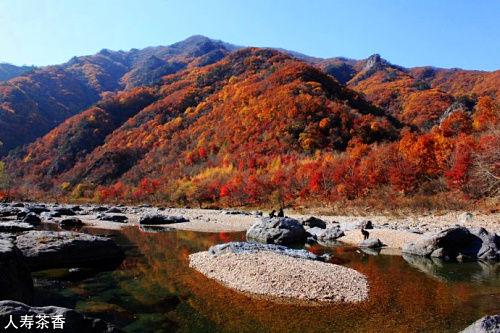被枫叶染红的湖里 秋游本溪画家村(2)图片