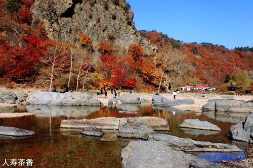 被枫叶染红的湖里 秋游本溪画家村(4)图片