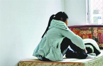 9月25日,少女蜷缩在救助管理站的宿舍中等待家人的到来,不敢和人多说话,一直害怕自己再被抓回去。 网友供图